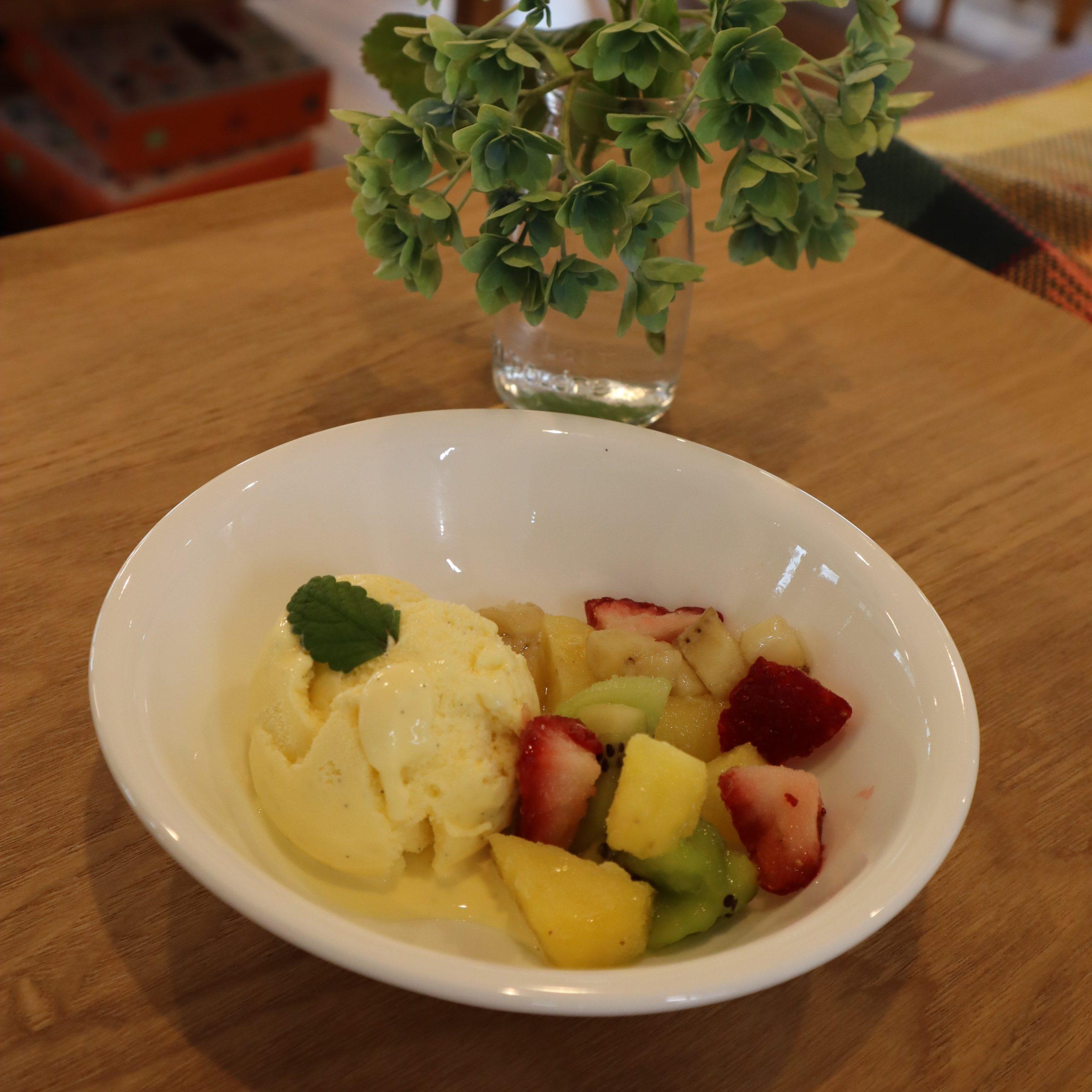 バニラアイスに、生のフローズンフルーツをゴロゴロ添えています。トロピカルで甘酸っぱい!